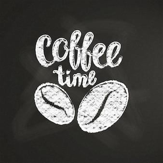 Giz texturizado letras hora do café com grãos de café e no quadro negro.