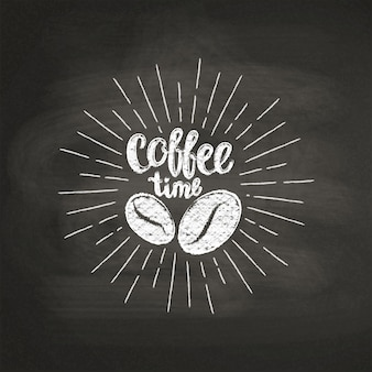 Giz texturizado letras hora do café com grãos de café no quadro negro.