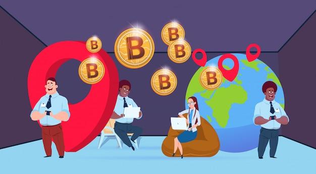 Globo de mineração de bitcoin de pessoas de negócios com empresário de raça mistura de geolocalização trabalhando juntos moeda criptográfica plana