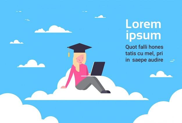 Graduado do estudante da moça que senta-se na nuvem com portátil, conceito em linha da tecnologia da educação