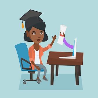 Graduado novo que obtem o diploma do computador.