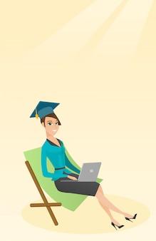 Graduado que encontra-se na sala de estar do chaise com portátil.