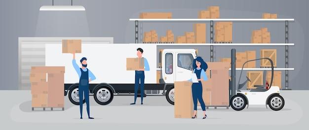 Grande armazém com gavetas. movers carregam caixas.