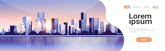 Grande cidade moderna construção arranha-céu vista panorâmica pôr do sol