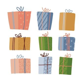 Grande coleção de caixas para presentes em papel de embrulho colorido decorada com laços presos por cordas na frente ...