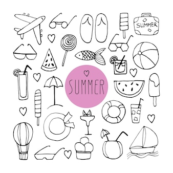 Grande conjunto de doodle de verão desenhado de mão com mala, chinelos, óculos de sol, avião, coquetéis, chapéu, salva-vidas, veleiro, balão, peixe e sorvete. ilustrações vetoriais de viagens em fundo branco.