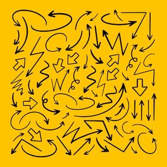 Grande conjunto de setas desenhadas à mão. ilustração em vetor isolada em fundo amarelo.