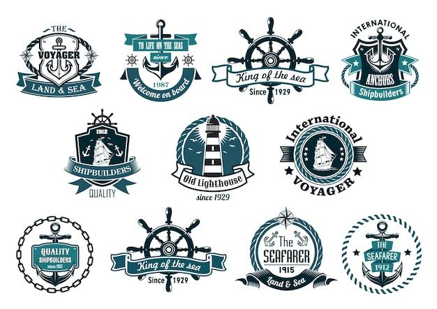Grande conjunto retro de etiquetas marinhas azuis escuras, logotipo e emblemas com âncoras, rodas, veleiros, farol, faixas de fita, cordas, correntes e estrelas