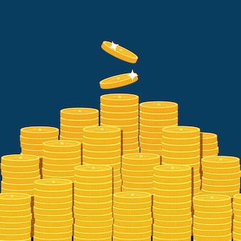 Grande pilha empilhada de moedas isoladas em backgound azul escuro.