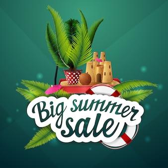 Grande venda de verão, desconto, layout de banner web clicável para sua criatividade com folhas de palmeira, carrinho de jardim com areia, castelo de areia e palmeira em vaso
