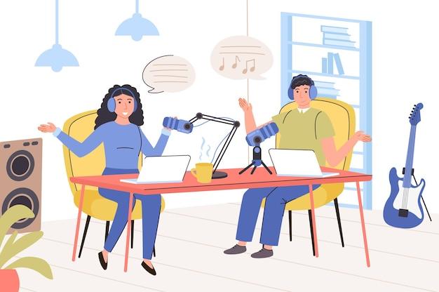 Gravando o conceito de podcast de áudio homem e mulher com fones de ouvido falando ao microfone