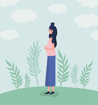 Gravidez de mulher bonita na paisagem