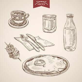 Gravura de café da manhã vintage mão desenhada com ovo frito, café, água, kanape, vgetables, coleção de omelete.