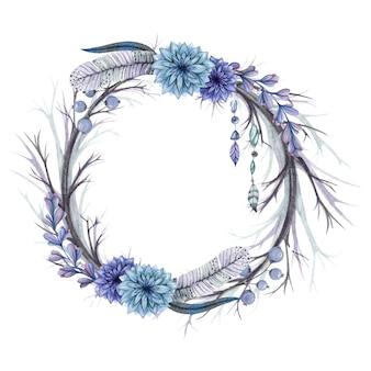 Grinalda de galhos e penas, flores azuis e miçangas
