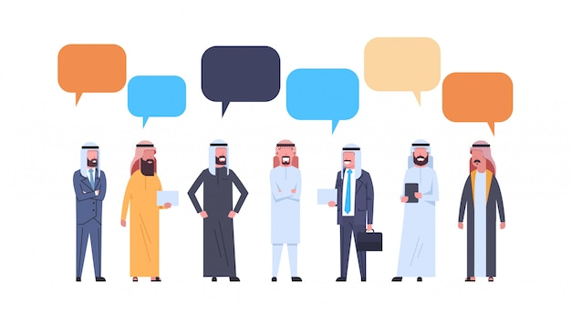 Grupo árabe dos homens com bolhas do bate-papo. homem de negócios árabes de comprimento total, vestindo roupas tradicionais