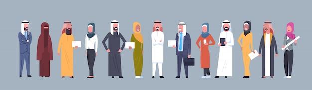Grupo árabe dos povos que veste o homem de negócio árabe completo da comprimento das roupas e da mulher completos, homem muçulmano e fêmea