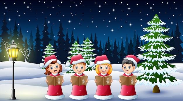 Grupo crianças, em, vermelho, santa, traje, cantando, canções natal natal, ligado, a, inverno, fundo
