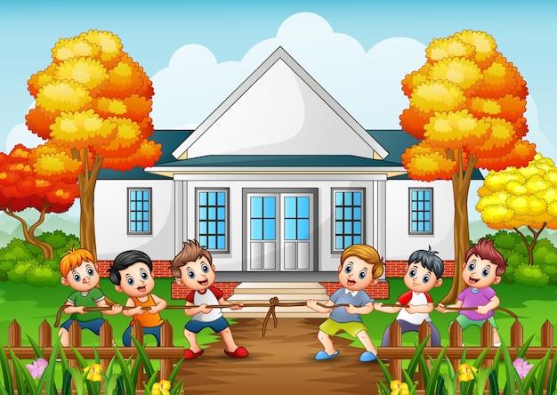 Grupo crianças, jogar, puxão guerra, frente, casa