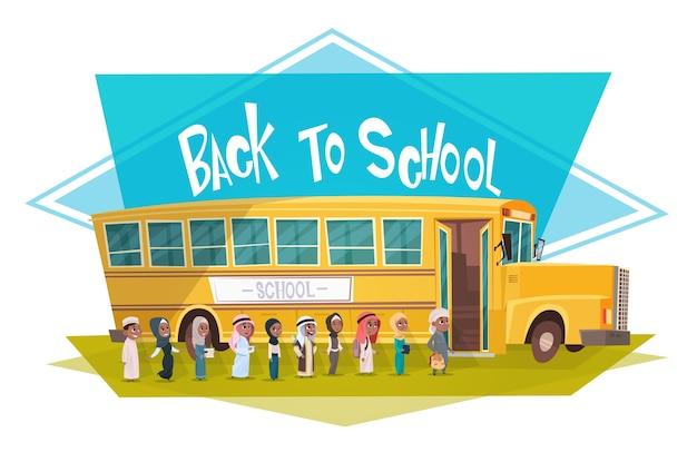 Grupo de alunos árabes caminhando para ônibus amarelo