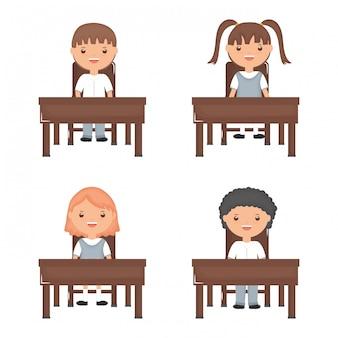 Grupo de alunos pequeno bonito nos schooldesks