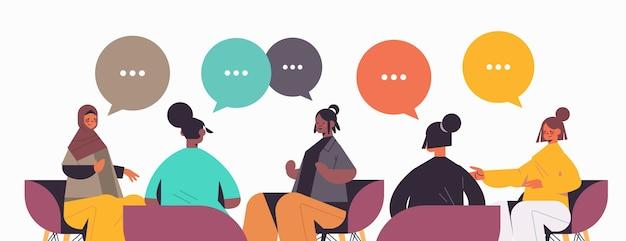 Grupo de amigas de raça mista discutindo durante reunião no clube feminino de meninas com balões de fala coloridos ilustração vetorial retrato horizontal conceito de comunicação