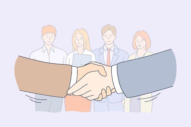 Grupo de colegas sorridentes de trabalhadores de negócios em pé e olhando para um aperto de mãos
