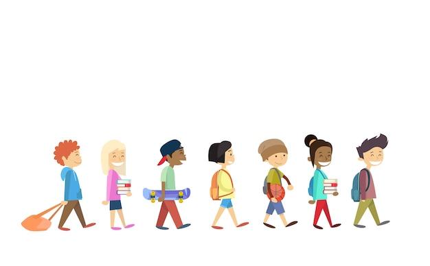 Grupo de crianças andando alunos da escola ir isolado