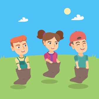 Grupo de crianças caucasianas competindo na corrida de saco