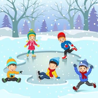 Grupo de crianças com roupas de inverno jogando rinque de patinação no gelo