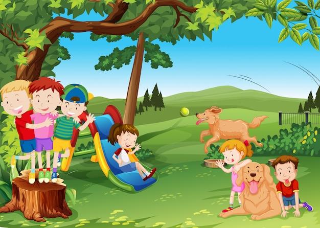 Grupo de crianças e cachorros brincando no parque