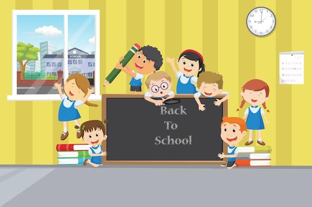 Grupo de crianças em idade escolar felizes com lousa
