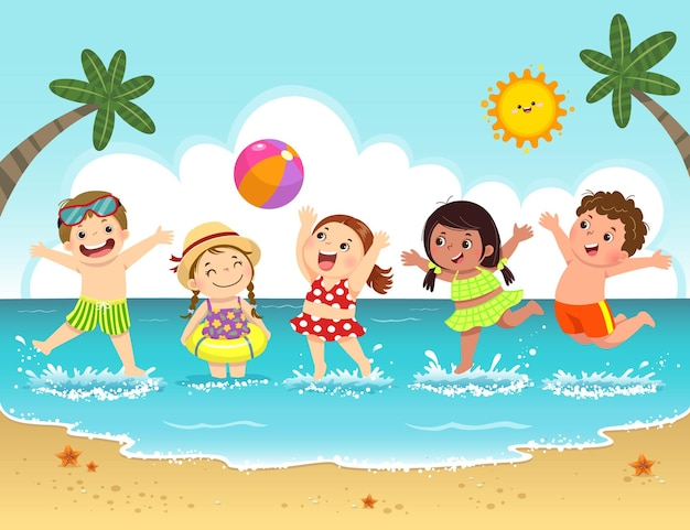 Grupo de crianças felizes, se divertindo e espirrando na praia.