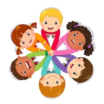 Grupo de crianças juntando as mãos em fundo branco