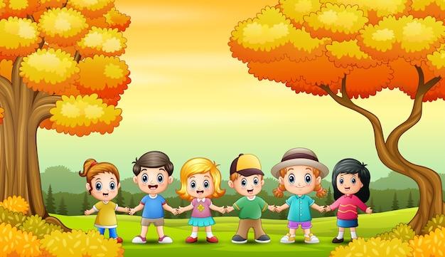 Grupo de crianças no fundo do outono