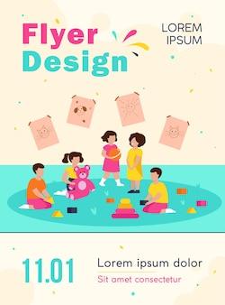 Grupo de diversas crianças brincando no modelo de folheto do jardim de infância