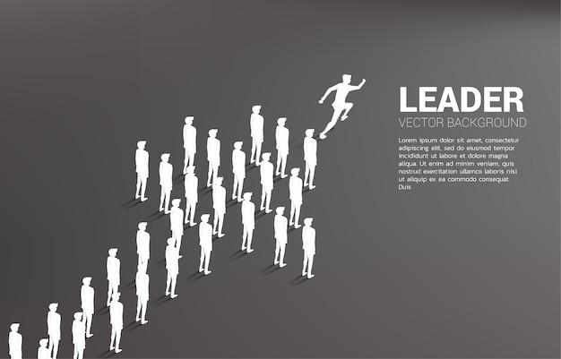Grupo de empresário correndo de seta de forma de equipe. conceito de negócio para a missão da empresa e o trabalho em equipe.