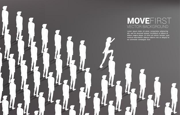 Grupo de empresário correndo para fora da linha de pé juntos ordenadamente. conceito de negócio para líder e influenciador da empresa.