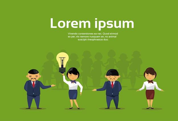Grupo de empresários asiáticos com lâmpada