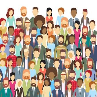 Grupo de empresários enfrentam grande multidão empresários