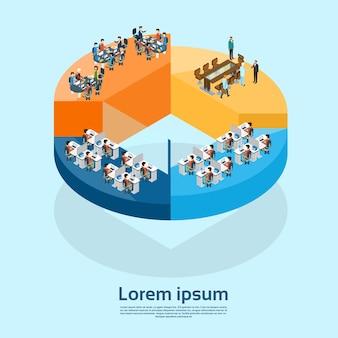 Grupo de empresários interior de escritório de negócios no diagrama de torta