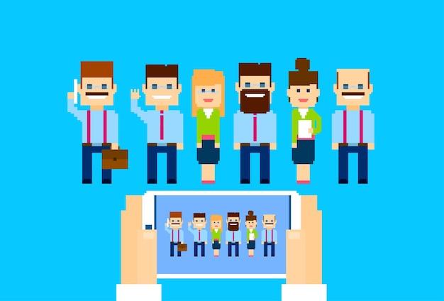 Grupo de empresários mãos segurar celular