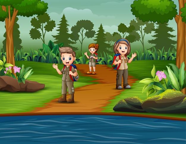 Grupo de escoteiros estão explorando a floresta
