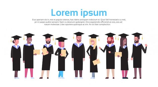 Grupo de estudantes diversos no diploma da posse do tampão e do vestido da graduação isolado. modelo de texto