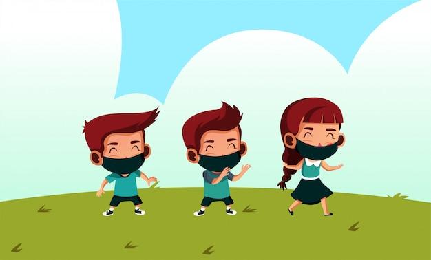 Grupo de estudantes que usam máscara têm distanciamento físico enquanto brincam no exterior