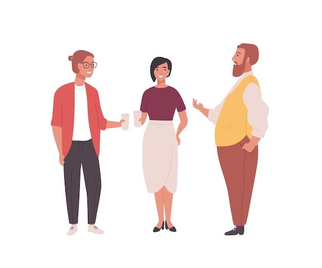 Grupo de funcionários, escriturários ou trabalhadores de escritório. homens e mulheres engraçados juntos e conversando. conversa profissional entre colegas durante o intervalo para o café. ilustração em vetor plana dos desenhos animados.