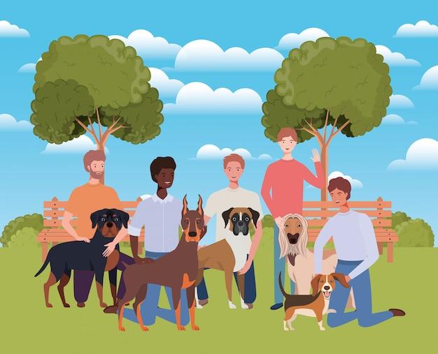 Grupo de homens com mascotes cachorros fofos no acampamento