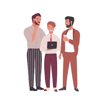 Grupo de homens vestidos com roupas de negócios, conversando, trabalhando em um laptop e bebendo café