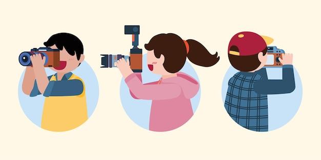 Grupo de jovens fotógrafos usa a câmera para tirar uma foto