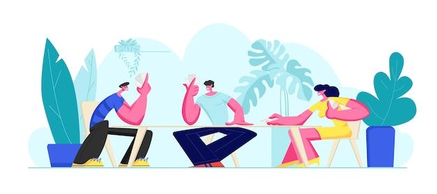 Grupo de jovens jogando cartas juntos nas férias de verão