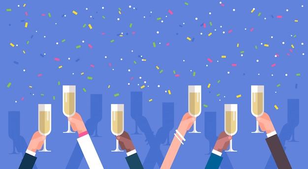 Grupo de mãos de homem de negócios segurando o conceito de celebração de sucesso de copos de champanhe